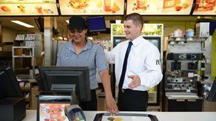 Werken bij McDonald's betekent trainen, leren en werken.
