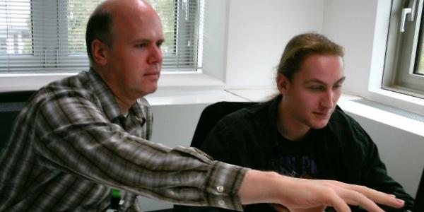 Een DSM-medewerker instrueert een Wajongere