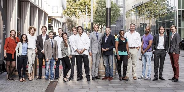 Bij De Nieuwe Poort werken acht mensen met een afstand tot de arbeidsmarkt in het restaurant.