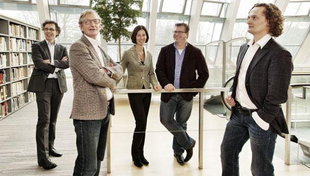 Fotograaf: © Guy Offerman. Vlnr Sjoerd van der Maaden, Peter van Hofweegen, Annerie Raaijmakers, Eddy Dekkers, Chris van Beem