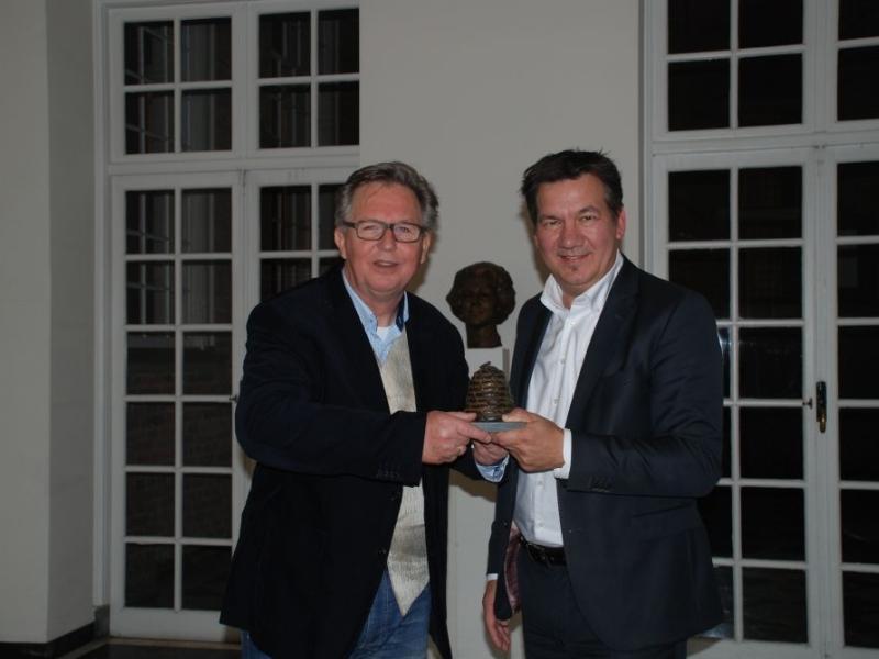 Directeur Henk Hölscher ontvangt de 'Korf' voor de benoeming van het hotel tot Maatschappelijk Betrokken Onderneming van het jaar. Credit: pr