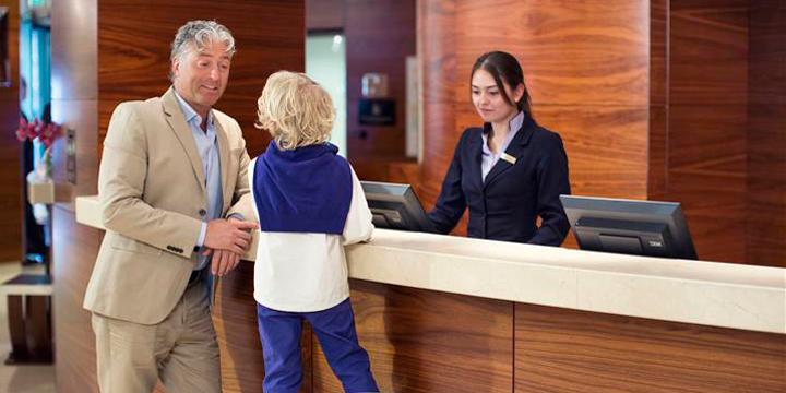 Hotel-Okura-Amsterdam---Front-Desk---Family-check-in